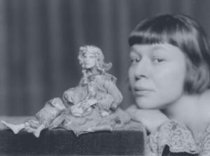 Lotte Pritzel und eine ihrer Puppen
