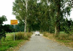 ein-kleines-Auto-unterwegs-in-Sachsen-a18014865
