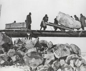Abladen grosser Steinbrocken am Weissmeer-Ostsee-Kanal, 1932