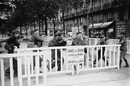 Guerre 1939-1945. Parc ‡ jeux rÈservÈ aux enfants et interdit aux juifs amÈnagÈ dans Paris, novembre 1942.
