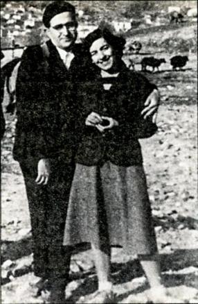 Εκδρομή με τη σύζυγο του Νίκη, στο δάσος Κουρίτο 1949. Τη στάση του Ν. Γ. Πεντζίκη υπαγόρευσε η επιθυμία του να αποτυπωθεί στη φωτογραφία το σακκίδιό του