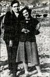 Εκδρομή με τη σύζυγο του Νίκη, στο δάσος Κουρίτο 1949. Τη στάση του Ν. Γ. Πεντζίκη υπαγόρευσε η επιθυμία του να αποτυπωθεί στη φωτογραφία το σακκίδιότου