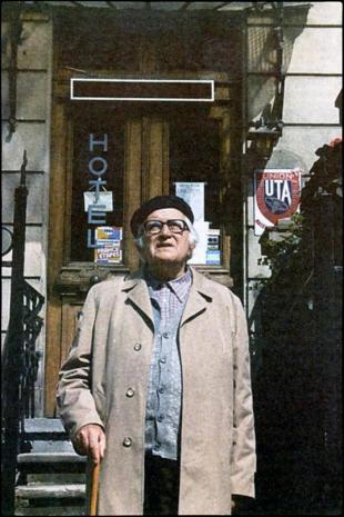 Στρασβούργο, Σεπτέμβριος 1986. Ο Ν. Γ. Πεντζίκης μπροστά στην Πανσιόν Ελίζα, όπου έμενε ως φοιτητής κι όπου τοποθετείται το δωμάτιο του Αντρέα Δημακούδη