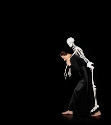 abramovic-carrying-the-skeleton