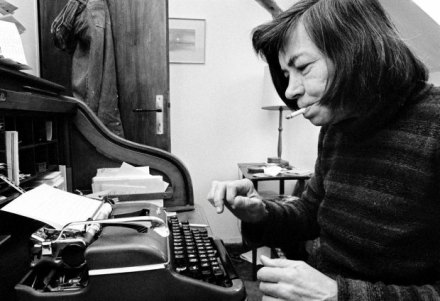 December 1976, Moncourt, France --- American writer Patricia Highsmith at home in the village of Moncourt, near Fontainebleau. --- Image by © Jacques Pavlovsky/Sygma/Corbis SLOWA KLUCZOWE: novelist Patricia Highsmith writer typing domestic scene literary arts senior woman head and shoulders portrait candid prominent persons Caucasian ethnicity cigarette typewriter smoking American Moncourt everyday scene women female adult senior adult North American Moselle Lorraine France Western Europe Europe one person people one