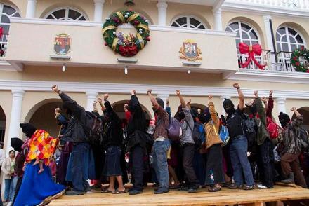 Ocosingo, Chiapas. 21 de diciembre de 2012. Miles de indigenas del Ejercito Zapatista de Liberacion Nacional procedientes de La Selva Lacandona, esta mañana en la cabecera municipal de Ocosingo en el estado mexicano de Chiapas marchan y se concentran en la plaza central de manera pacfica y en total silencio. FOTO: Moysés Zúñiga Santiago.